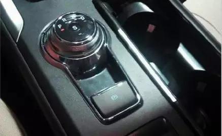 在最近曝光的新蒙迪欧上,我们惊奇地发现:它的换挡杆变成了一个旋钮!